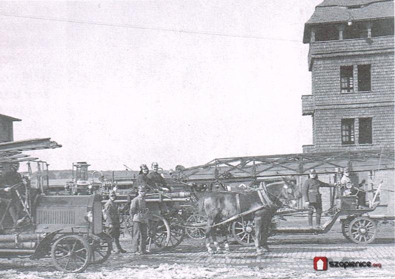 Konne wozy pożarnicze. W tle ćwiczebna wieża strażacka.