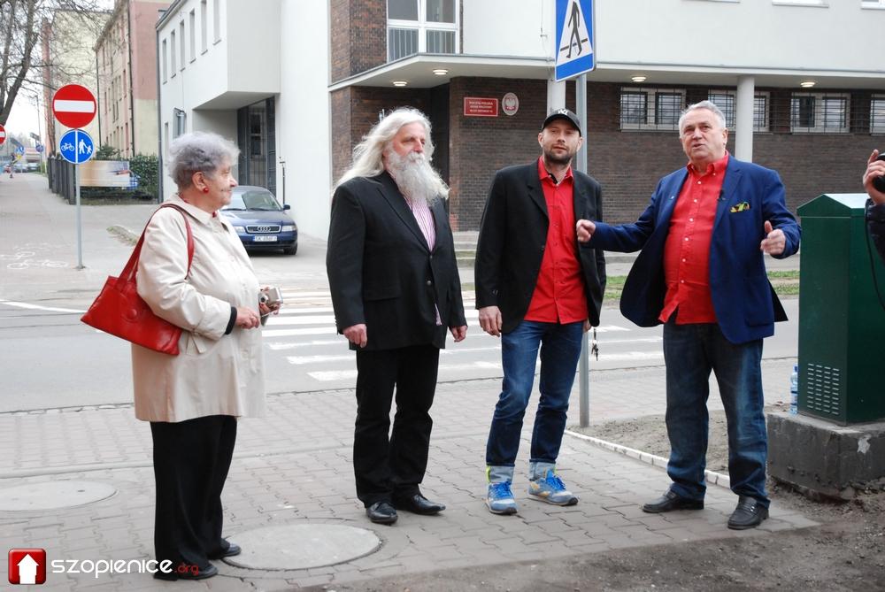 Stoją od lewej: prof. Maria Kaźmierczak, prof. Zbigniew Bajka, Kamil Kuzko, Johann Bros